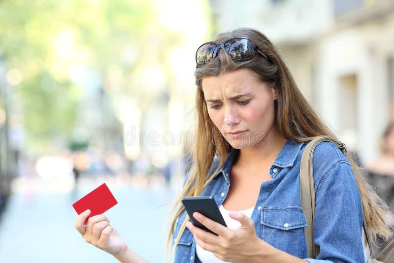 Потревоженная девушка имея проблемы оплаты стоковое изображение rf