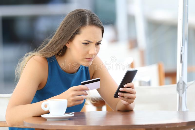 Потревоженная девушка имея проблемы оплачивая на линии стоковое изображение rf