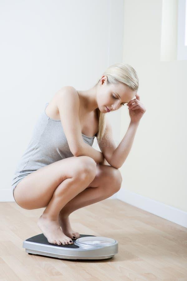 потревоженная женщина маштаба стоковые изображения rf