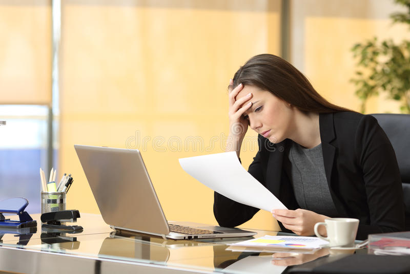 Потревоженная коммерсантка читая уведомление стоковое изображение rf