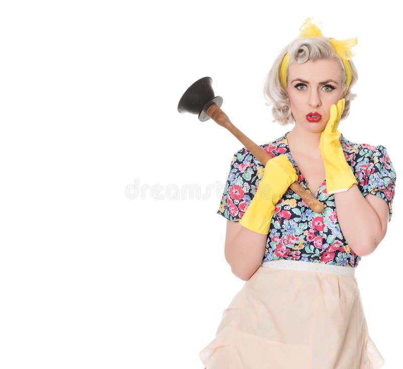 Потревоженная домохозяйка за пятьдесят с плунжером раковины, юмористической концепцией, s стоковые изображения rf
