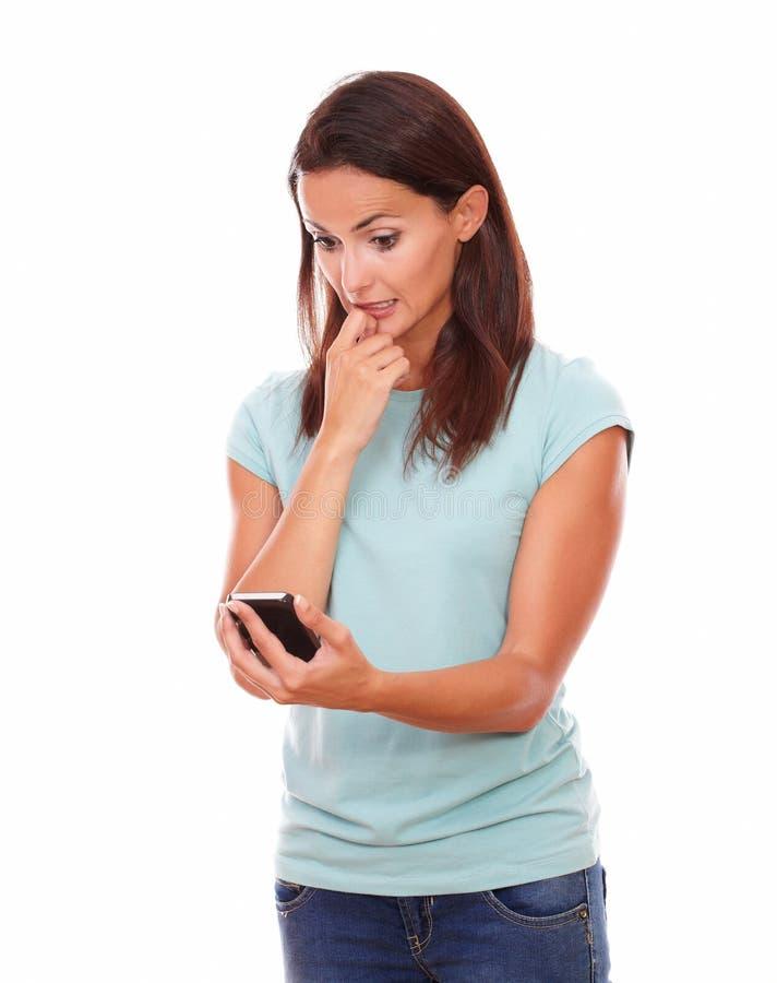 Потревоженная очаровательная женщина читая текст стоковые фотографии rf