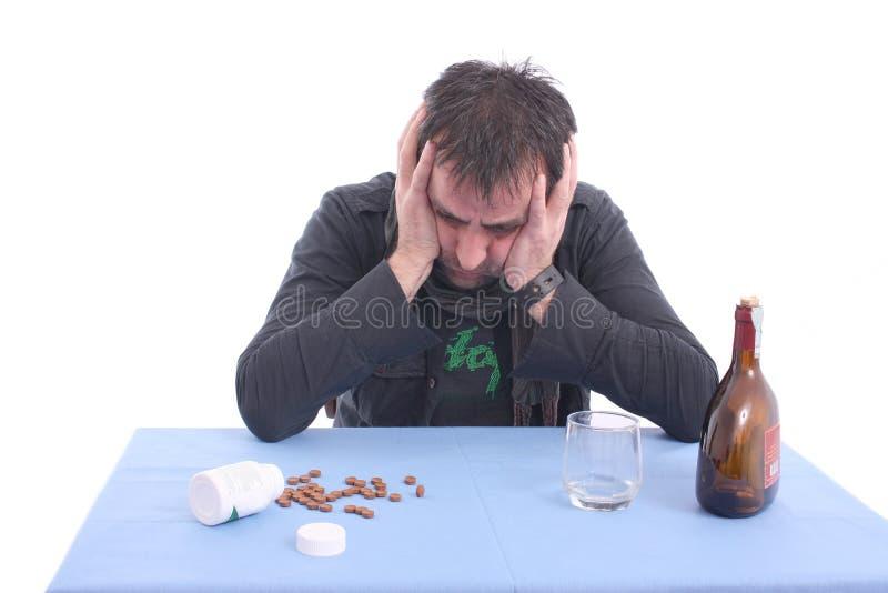 потревоженная таблица человека сидя стоковая фотография rf
