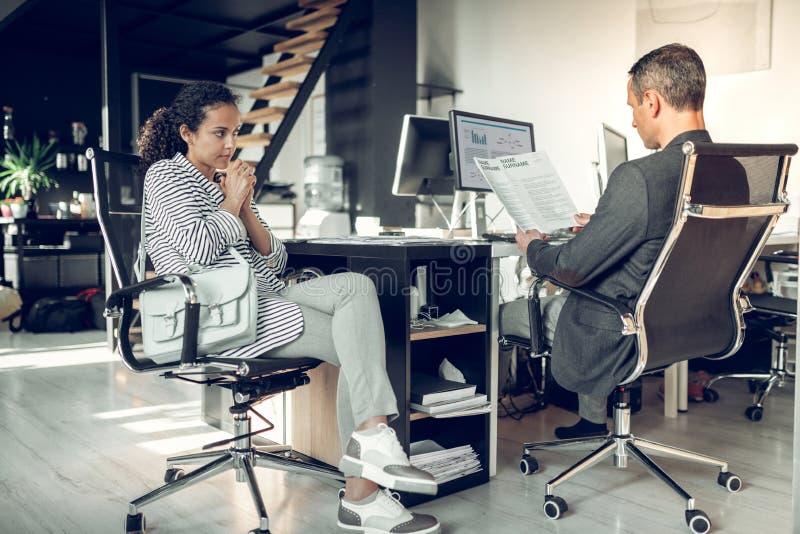 Потревоженное чувство женщины пока имеющ серьезное собеседование для приема на работу стоковая фотография