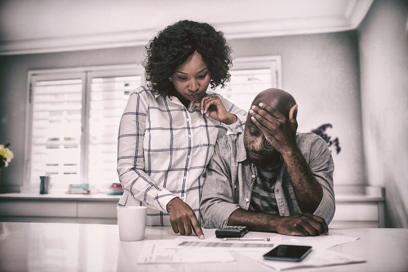 Потревоженные пары взаимодействуя пока проверяющ счеты стоковая фотография