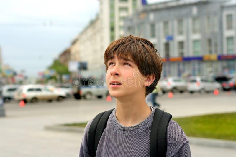 потревоженный город мальчика стоковое фото