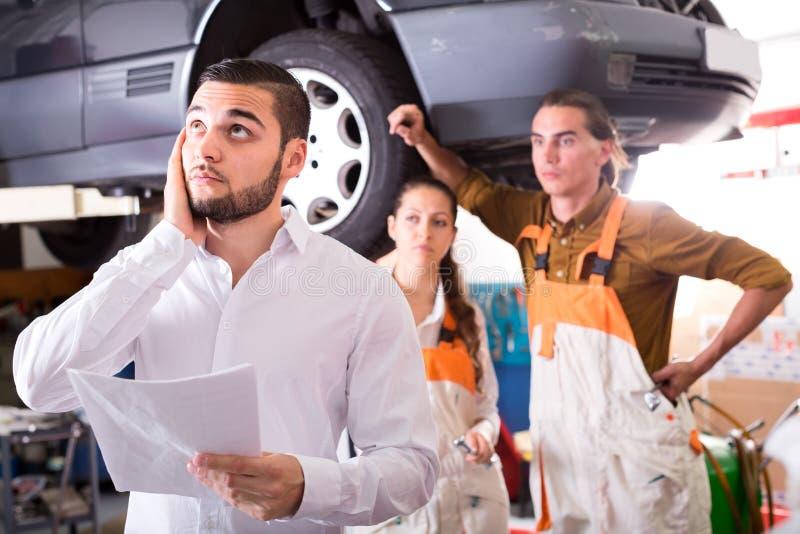 Потревоженный клиент в ремонтной мастерской стоковая фотография rf
