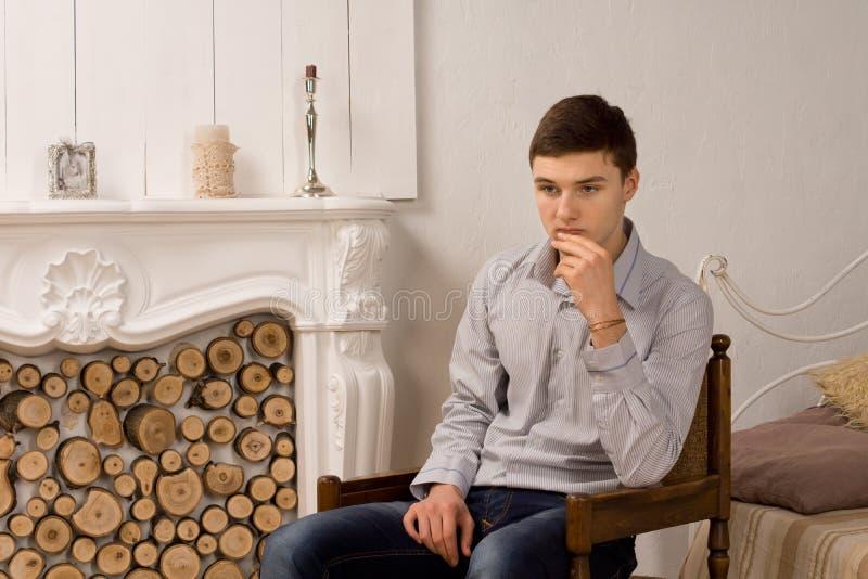Потревоженный молодой человек глубоко в мысли стоковое фото rf