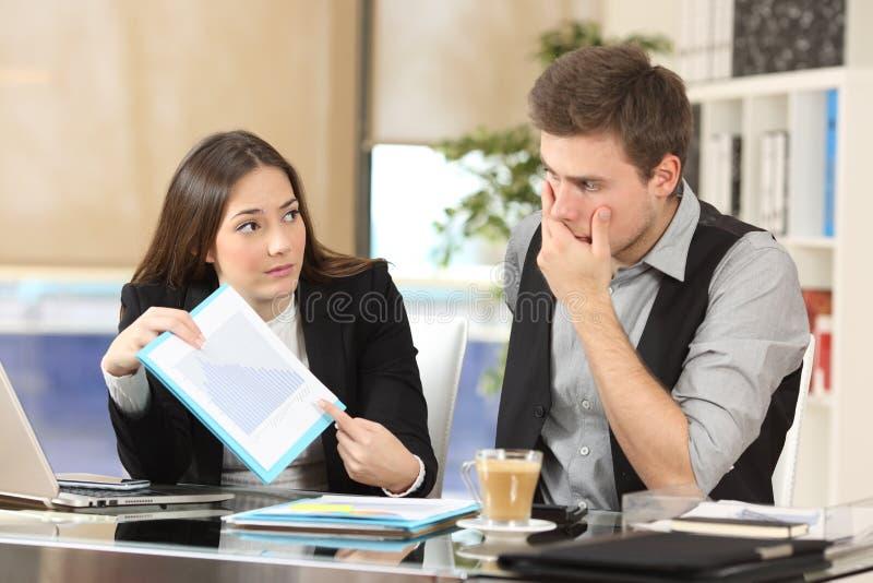 Потревоженный сотрудник показывая плохие результаты стоковая фотография rf