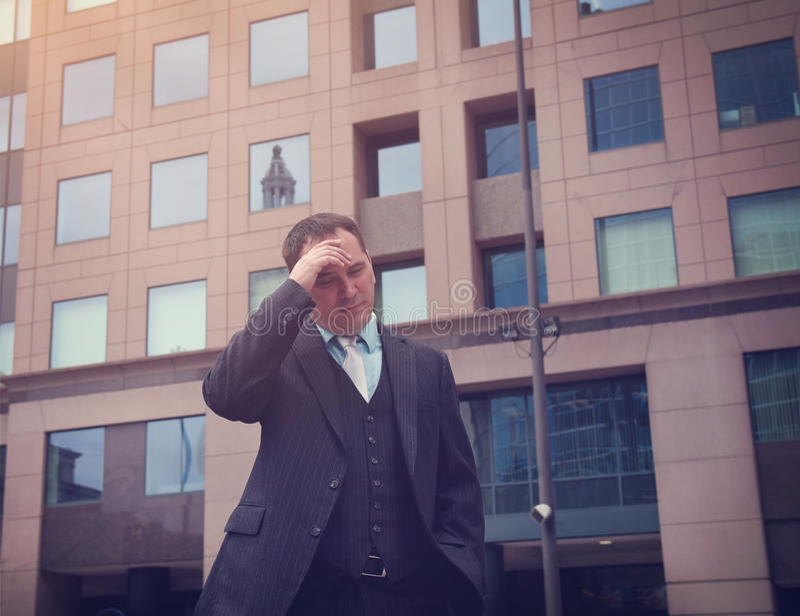 Потревоженный усиленный бизнесмен снаружи стоковые фото