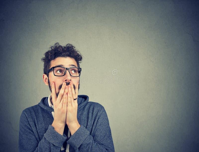 Потревоженный человек в стеклах покрывая рот стоковое изображение rf