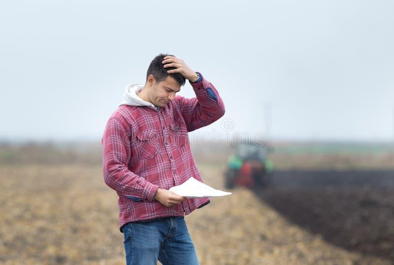 Потревоженный человек на поле стоковое фото