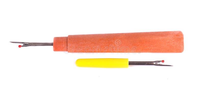Потрошитель шва изолированный на белой предпосылке Для картин и шить одежд Потрошитель шва с желтой пластичной ручкой и стоковое фото