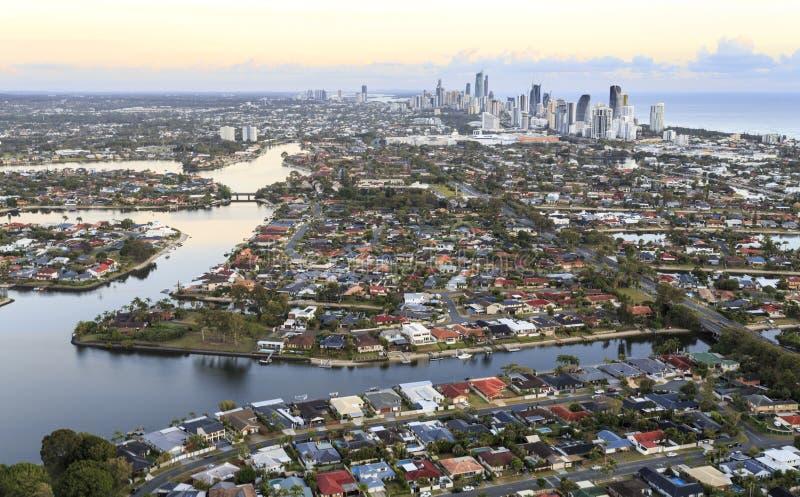 Потрясающий вид жилого района Gold Coast на восходе солнца стоковая фотография