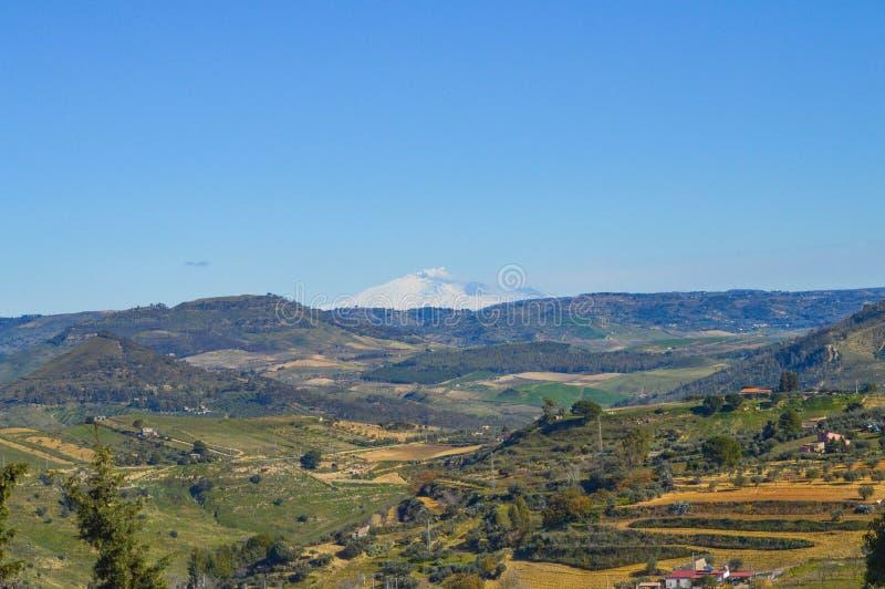 Потрясающий вид от Mazzarino горы Этна во время извержения, Кальтаниссетты, Сицилии, Италии, Европы стоковая фотография rf