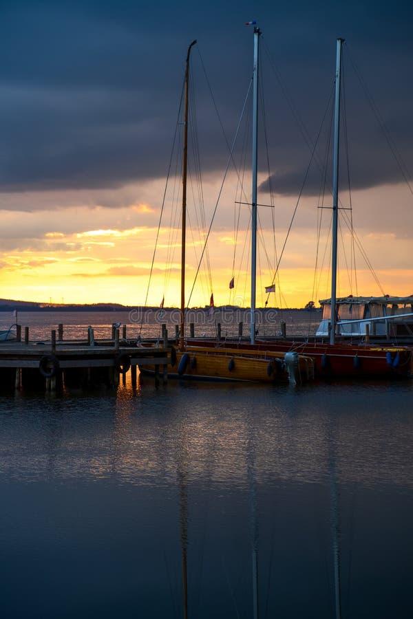 Потрясающий летний вечерний пейзаж с группой дрейфующих яхт на озере стоковое изображение