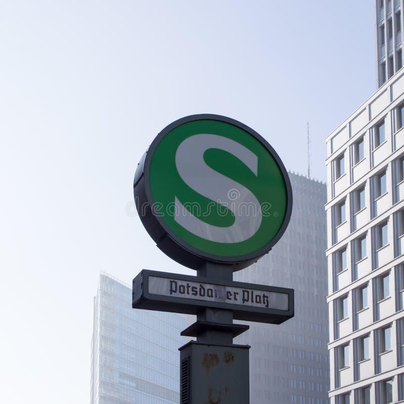 Потсдамская площадь знака железнодорожного вокзала S-Bahn городская с небоскребами на заднем плане стоковое изображение rf