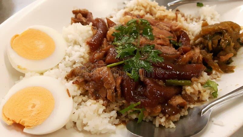Потушенная костяшка свинины с рисом и вареным яйцом стоковая фотография rf