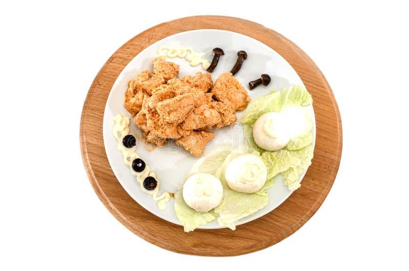 Потушенное мясо цыпленка в соусе с грибами Красивое блюдо на белой предпосылке стоковое фото rf