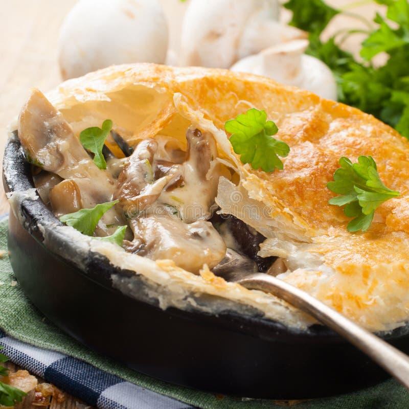Потушенные грибы под печеньем слойки стоковая фотография rf