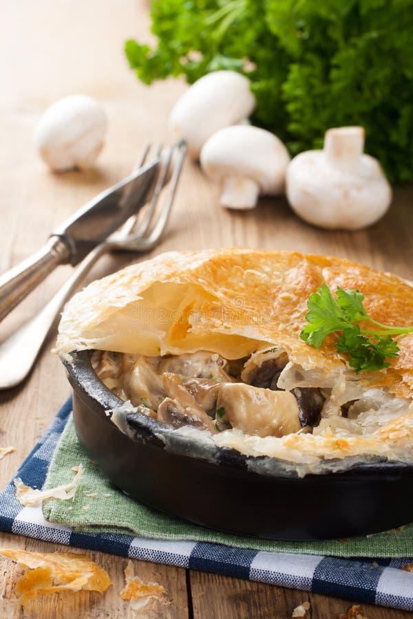 Потушенные грибы под печеньем слойки стоковые фотографии rf