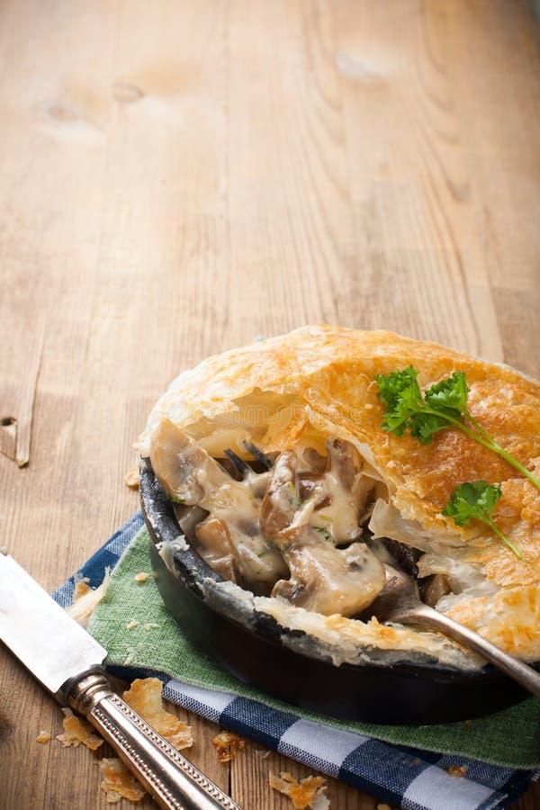 Потушенные грибы под печеньем слойки стоковые изображения rf