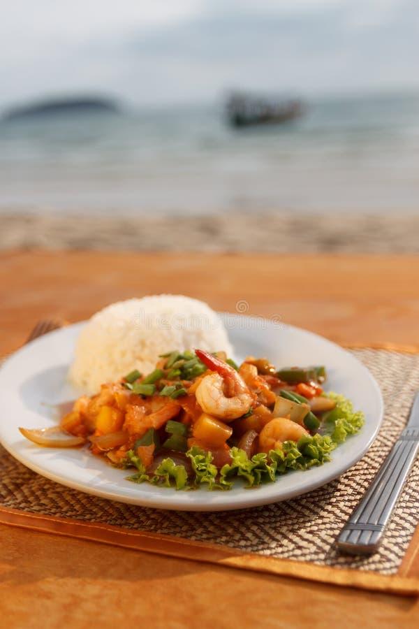 Потушенные морепродукты с овощами и испаренным рисом стоковая фотография rf