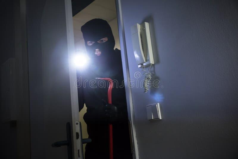 Похититель входя в в дом стоковое фото rf