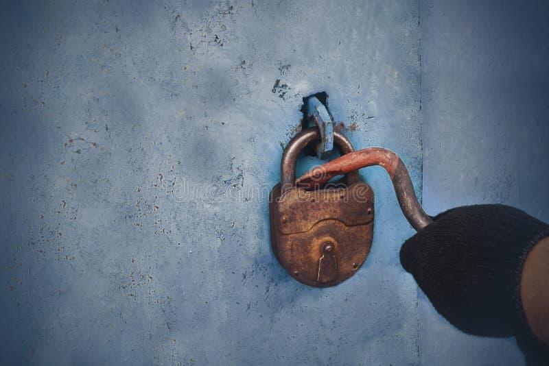 Похититель раскрывает старый замок Безопасное хранение свойства стоковое фото rf