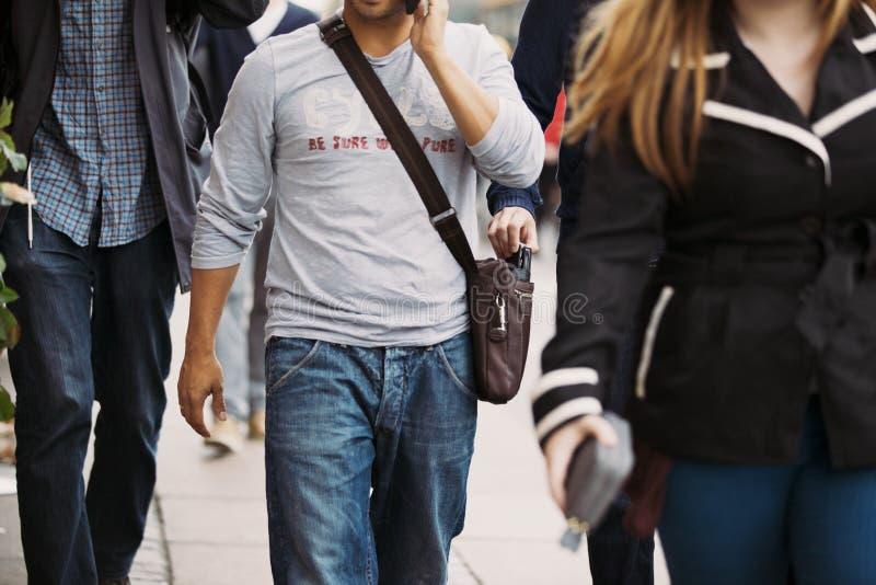 Похититель крадя бумажник от сумки человека стоковое фото