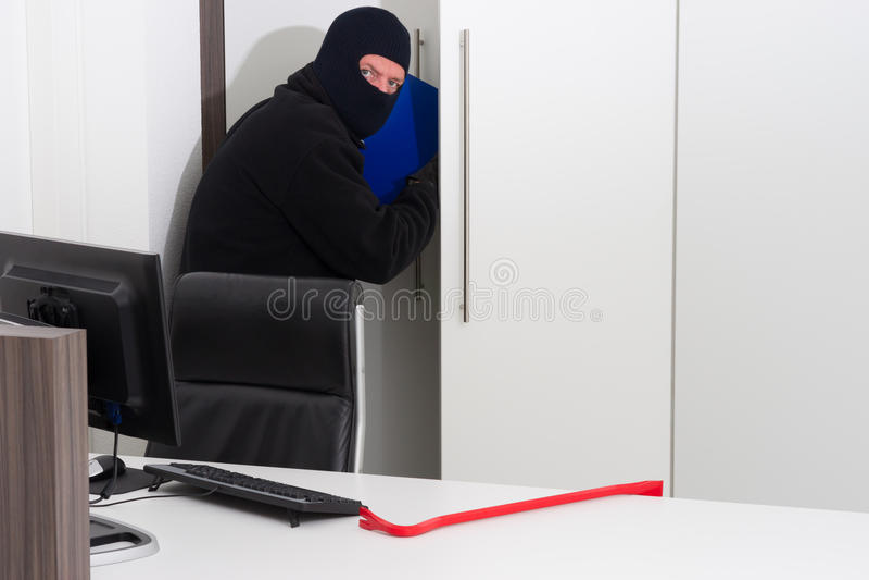 Похититель крадя информацию о компании стоковое изображение rf