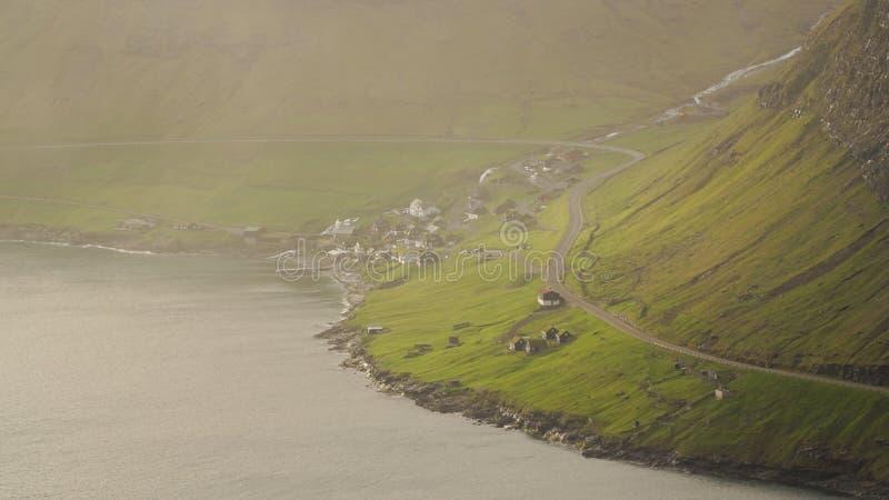 Поход горы стога моря Drangarnir около Sorvagur во время захода солнца на Фарерских островах в Атлантическом океане стоковые изображения