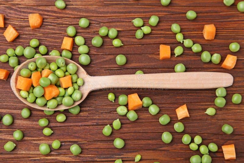 похожие моркови шара закрывают вещи горохов метафоры еды здоровые совместно стоковые фотографии rf