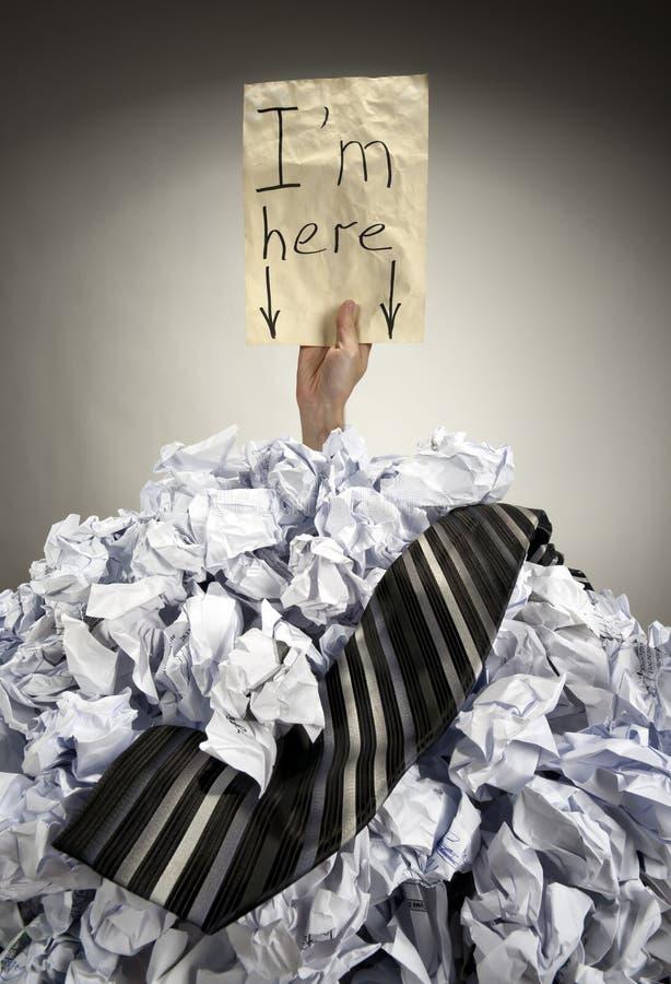 похороненные бумаги скомканные бизнесменом стоковое изображение
