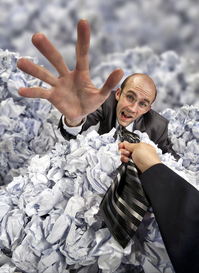 похороненные сбережениа руки бизнесмена помогая стоковые изображения rf