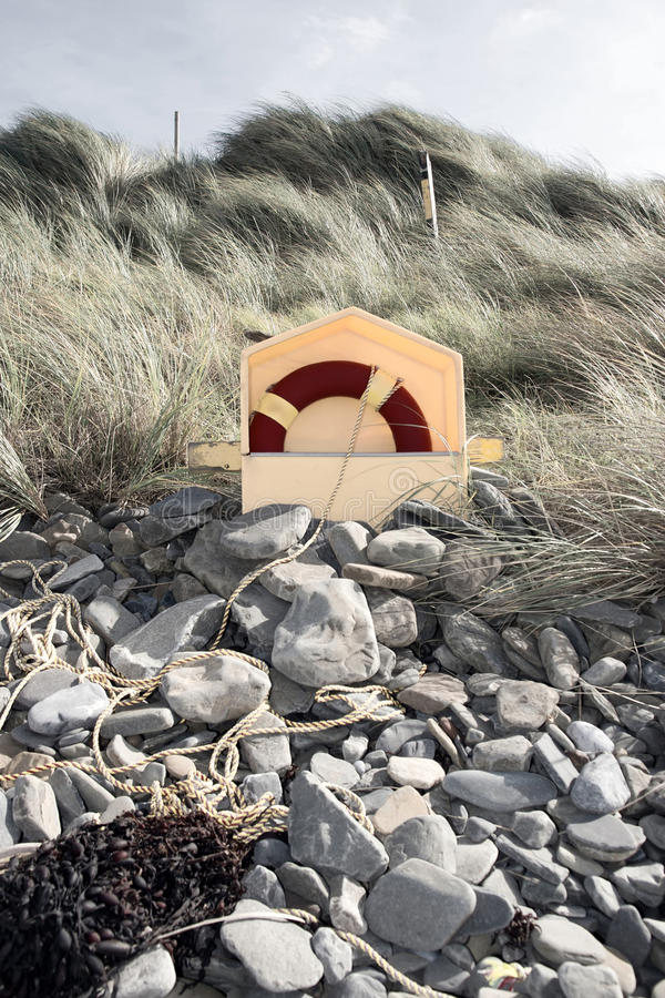 похороненные lifebuoy утесы стоковое фото rf