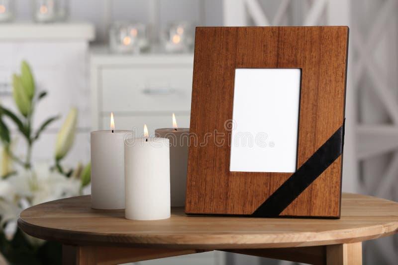 Похоронная рамка фото с черной лентой стоковые изображения