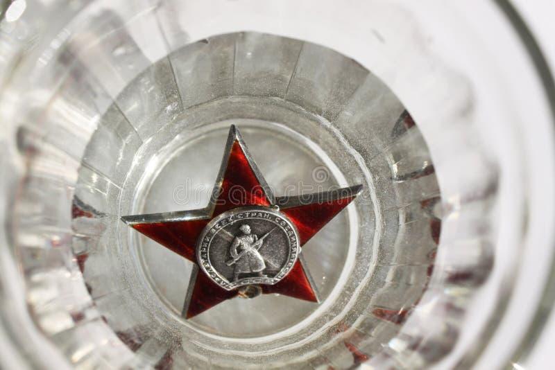 Похоронная речь Прикажите ` звезды ` красное в стекле водочки стоковое изображение
