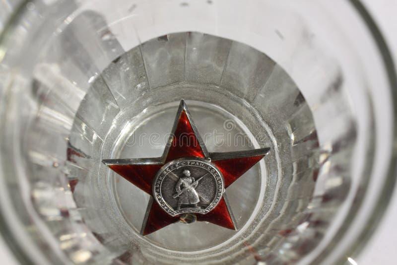 Похоронная речь Прикажите ` звезды ` красное в стекле водочки стоковая фотография rf
