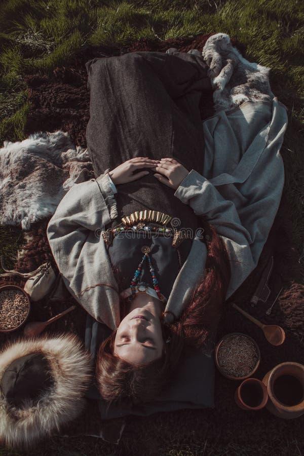 Похороны средневековой скандинавской женщины стоковая фотография