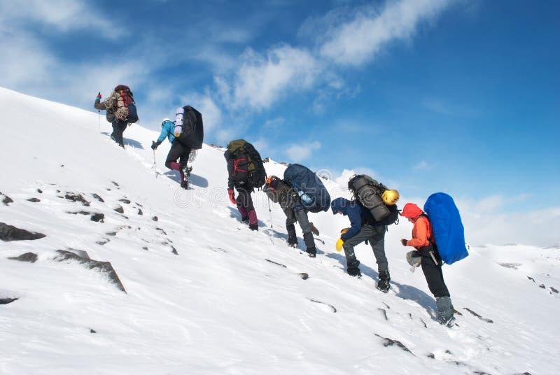Поход в горах зимы стоковые изображения rf