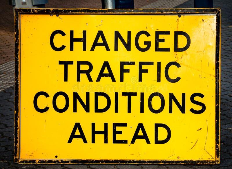 Поцарапанное и поврежденное ДВИЖЕНИЕ ИЗМЕНЕННОЕ предупреждением CONDIT знака улицы стоковые фотографии rf