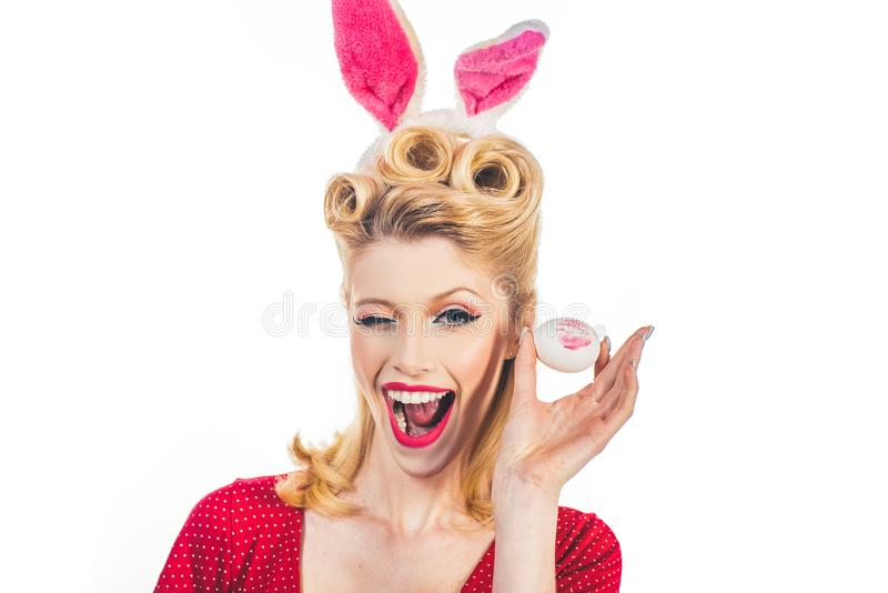 Поцелуйте и подмигните Карточки пасхи Рука с пасхальными яйцами цвета Сладкая прелестная девушка в ушах зайчика празднуя пасху за стоковые изображения rf