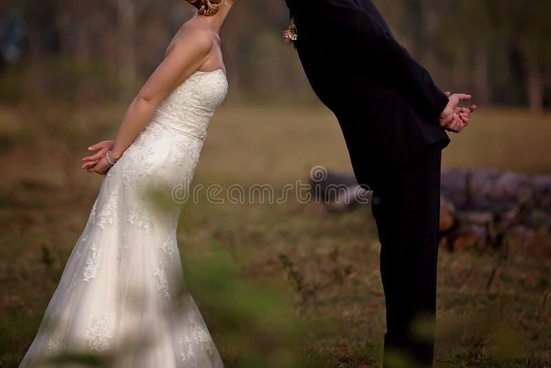 Поцелуй для заново жениха и невеста среды стоковые изображения rf