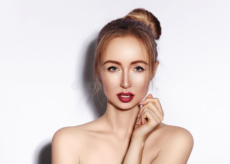 Поцелуй дуновения сладостный Красивая женщина с губами моды макетирует на белой предпосылке Состав дня валентинок посмотрите секс стоковая фотография rf