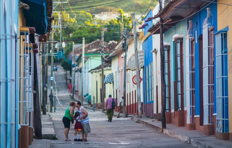 Поцелуй и любовь в улице карибского красочного колониального городка, коммунизм Куба, Америка стоковые изображения rf