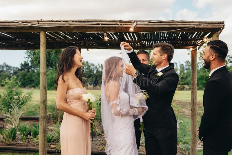 поцелуй невесты может вы стоковая фотография