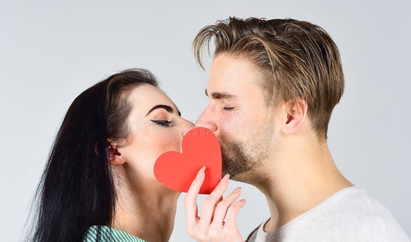 : Поцелуй человека и женщины романтичный Любовь и foreplay Романтичная концепция поцелуя Пары внутри стоковая фотография rf