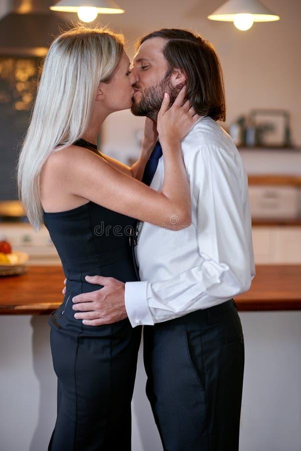 Поцелуй пар до свидания стоковые фотографии rf