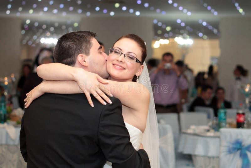 Поцелуй свадебного банкета стоковая фотография rf
